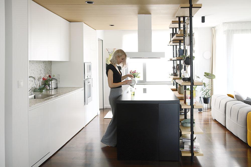 Kuchyňa ostala na svojom mieste, iba lesklé biele dvierka vymenili za matné. Pribudol tiež čierny kuchynský ostrov, zástena apracovná plocha zterazza.