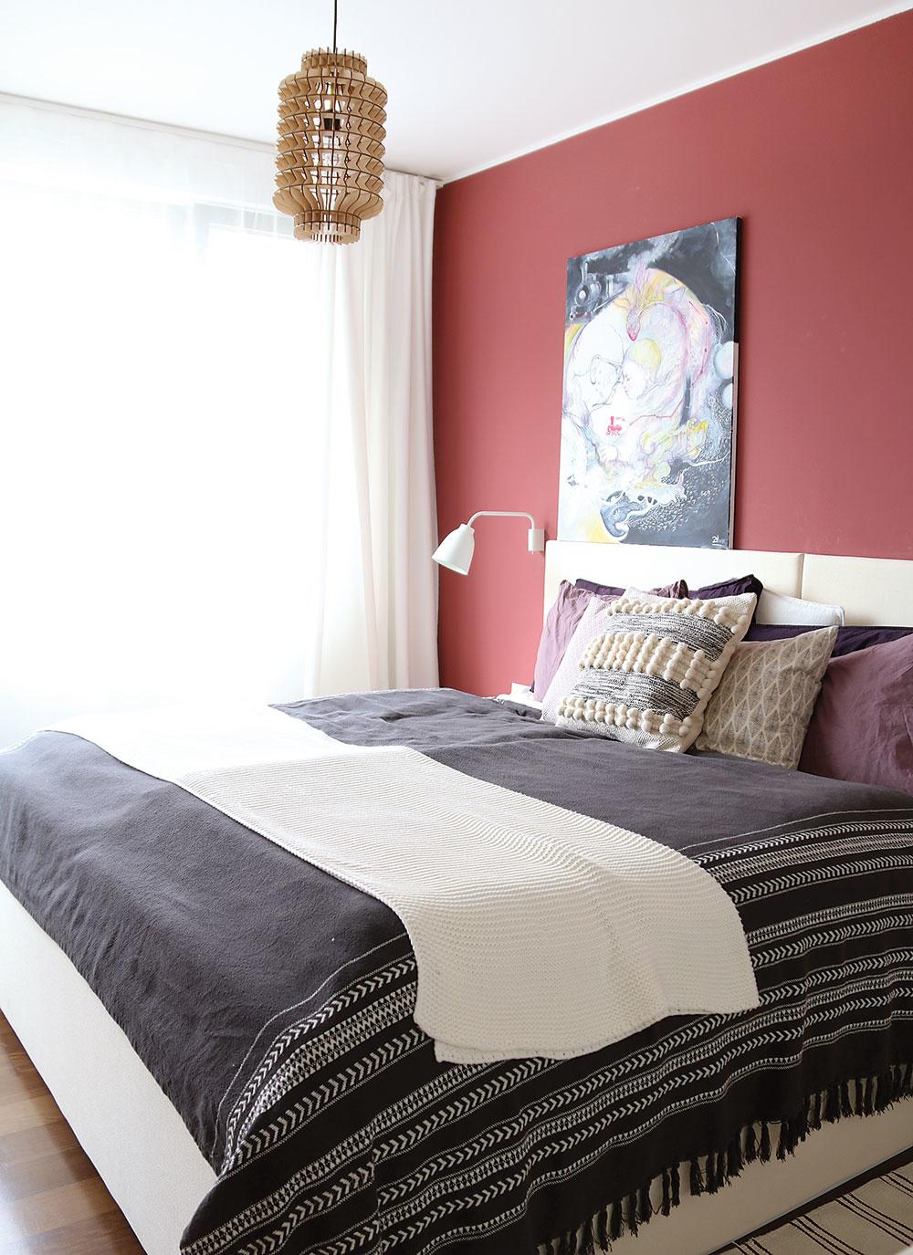 Tmavší odtieň steny za posteľou navodil vspálni pokojnú atmosféru.
