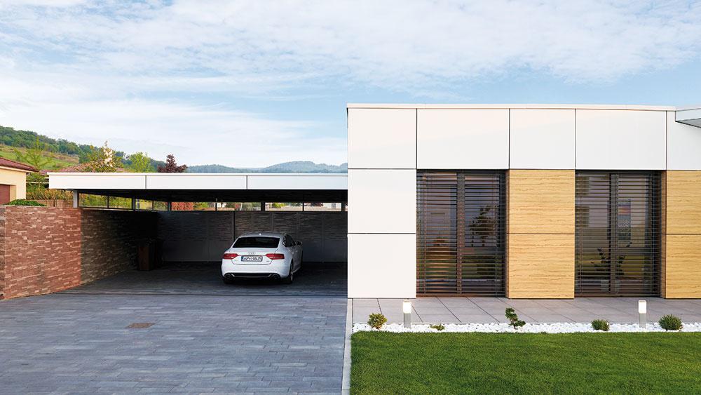 Sklo, kov adrevo. Vexteriéri aj interiéri sa spájajú na prvý pohľad ťažko kombinovateľné materiály, ktoré však architekti dokázali spojiť do harmonického celku. Spolu sminimalistickým dizajnom pritom priniesli do domu aj príznačnú charizmu.
