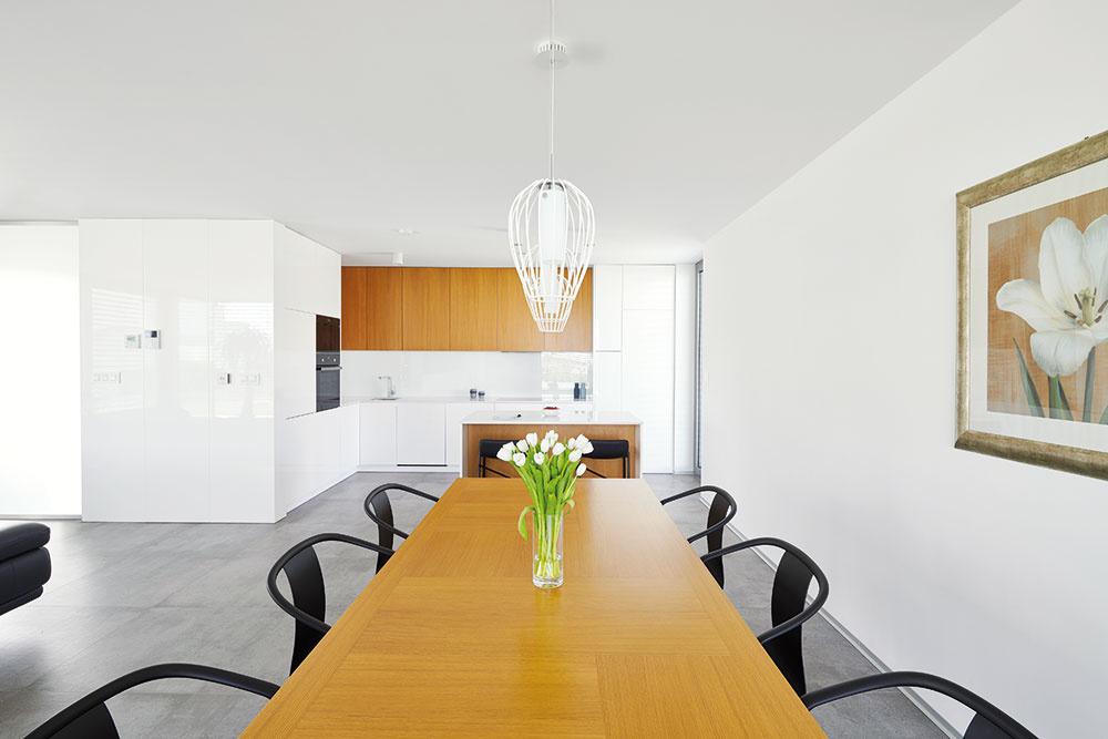 Dizajn otvoreného denného priestoru je rovnako ako exteriér avstup do domu dielom štúdia aphaus. Ostatné miestnosti si majiteľ zariadil sám – chcel jednoducho tiež priložiť ruku kdielu.