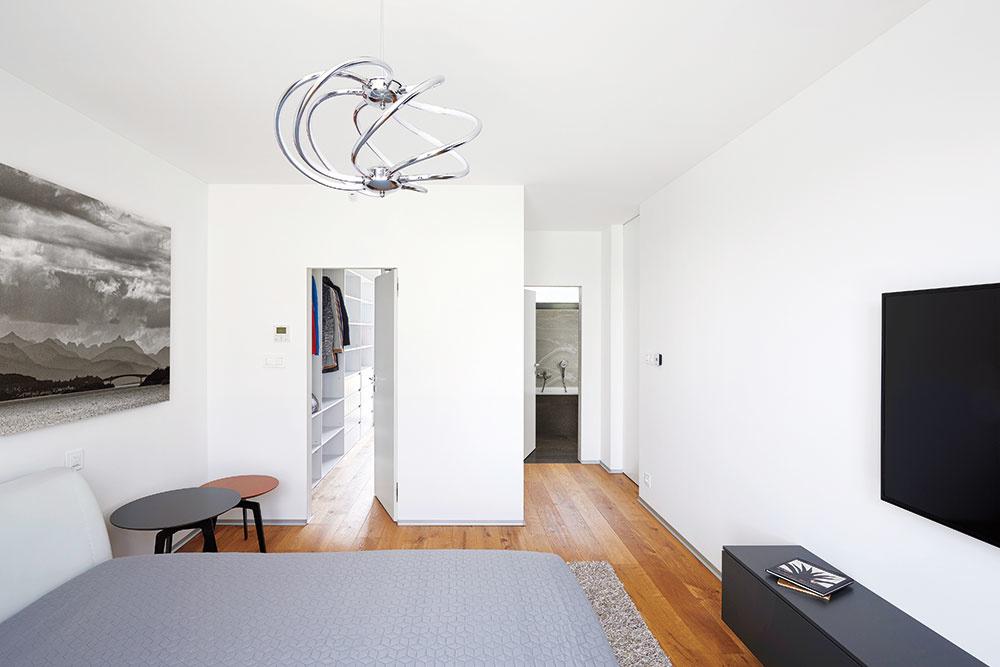 K rodičovskej spálni prislúcha vlastná kúpeľňa aj šatník. Dostatok odkladacích priestorov, ktoré sú prakticky umiestnené, patrí kzákladným predpokladom na dosiahnutie čistého minimalistického interiéru.