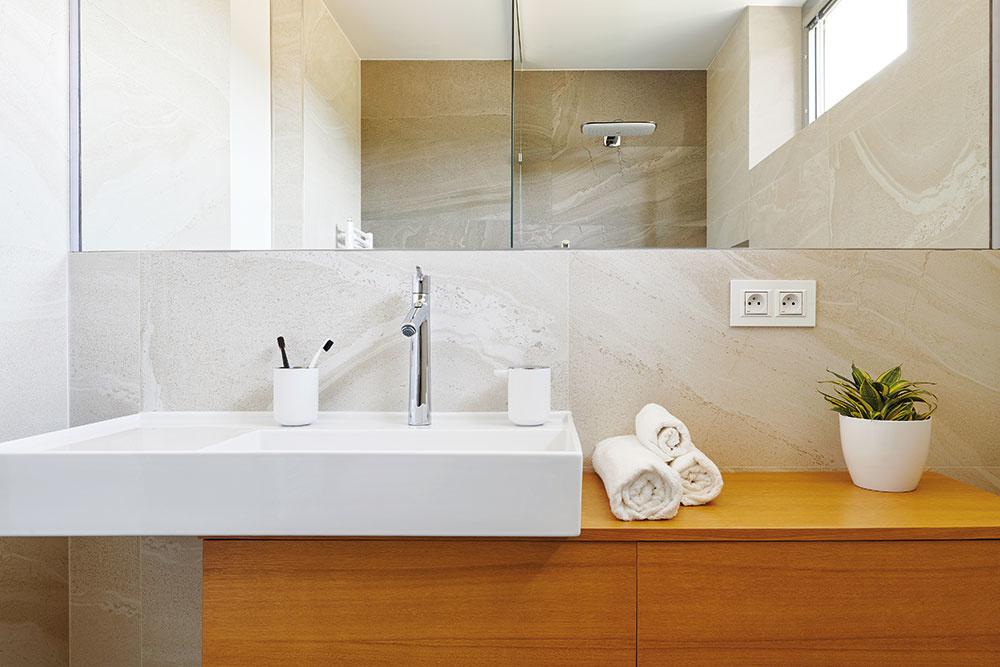 So striedmosťou vo farebnosti aj voľbe materiálov sa stretnete vkaždej zmiestností – od denného priestoru až po kúpeľne.