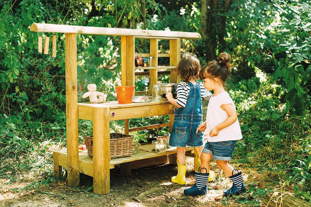 """""""Deti sa potrebujú prírodou nasýtiť a zažiť si ju. Behať bosí po tráve a držať v rukách rôzne štruktúry. Čo ich skutočne baví, je hrať sa s pieskom, hlinou a kamienkami.""""  Erika Galanská"""
