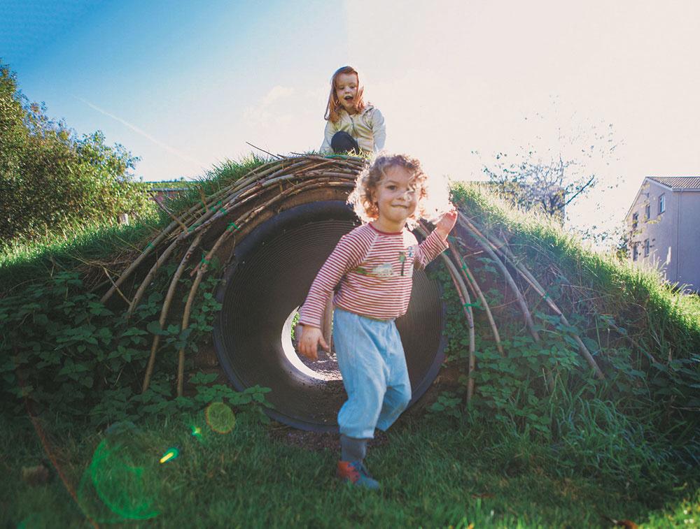 """""""Deti milujú objavné výpravy po záhrade apozorovanie. Obľubujú, ak sa môžu stratiť, schovávať sa v záhone s trvalkami alebo v kríkoch amať miesta, kam nepustia rodičov.""""  Daniel Košťál"""