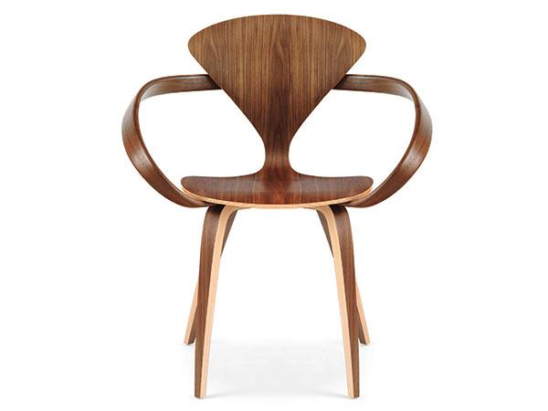 PÔVABNÁ KRÁSKA Cherner Chair – stolička, ktorá sa vyrába vo viacerých rozmerových obmenách, vznikla presne pred šesťdesiatimi rokmi ako vízia architekta Normana Chernera odostupnom nábytku. Cherner Chair Company