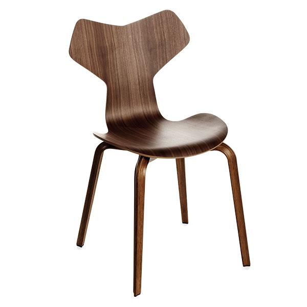 VŠESTRANNÁ Grand Prix je treťou zo série preslávených preglejkových stoličiek dánskeho architekta Arneho Jacobsena – ztrojice tou najmenej známou. Podobne ako dva autorove skoršie návrhy (Sedmička aMravec) iGrand Prix využíva tvaroslovné možnosti ohýbaného preglejkového sedadla upevneného na štyroch drevených nohách. Jeho silueta má však opoznanie ostrejšie rysy. Oceňovaný model už 60 rokov produkuje firma Fritz Hansen.