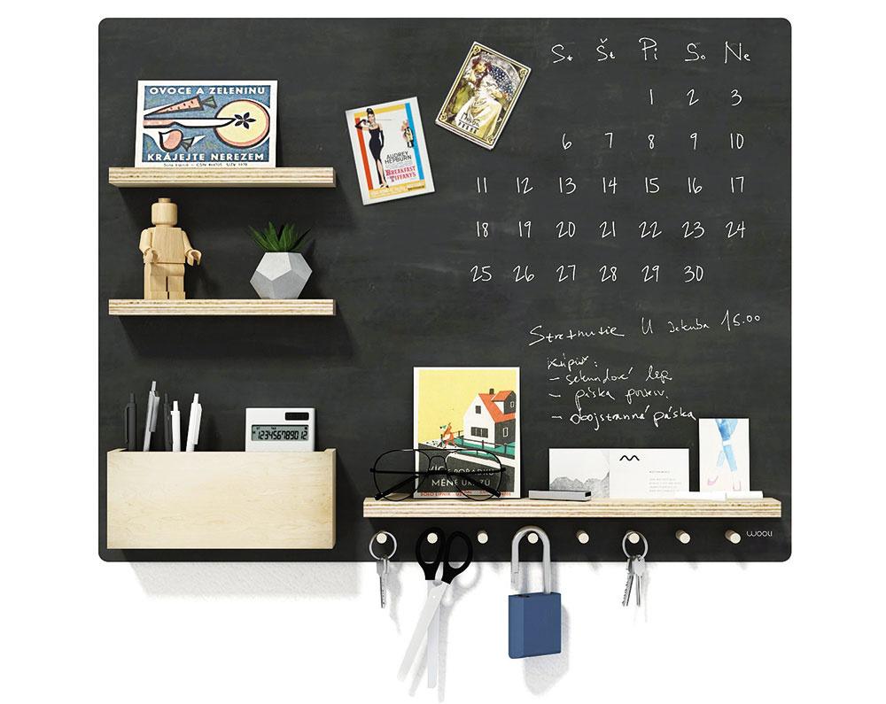 Praktická tabuľa wooli BOARD MAGNET s poličkou a vešiakmi na zavesenie kľúčov je šikovnou pomocníčkou vyrobenou z preglejky a brezového dreva. Za 90 € hľadajte na www.sashe.sk/wooli.