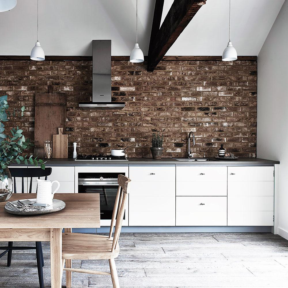 Okázalé kuchyne plné zásuviek askriniek sú už na ústupe. Trendom je jednoduchý čistý dizajn, nezriedka len so spodnou časťou, pričom dominantou vtakejto kuchyni môže byť napríklad zaujímavá stena. Netradičná maľovka, tapeta alebo tehlový obklad urobia ztejto miestnosti čosi viac ako len miesto na prípravu jedla. FOTO NEPTUNE/lanatura.cz