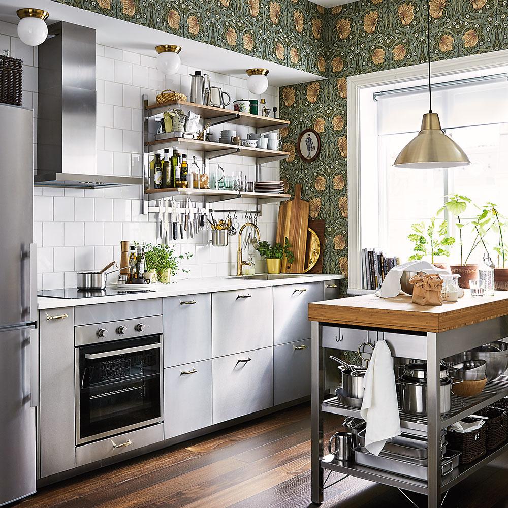 Nemusí byť všetko kovové len znehrdzavejúcej ocele. Rovnako ako vkúpeľniach sa aj vkuchyniach začína objavovať zlato, prípadne meď. Stačí vmalom množstve – len na doplnkoch, ako sú armatúry, konzoly, tapety či svietidlá. Kuchyňa razom dostane nádych luxusu bez toho, aby pôsobila zbytočne okázalo. FOTO IKEA