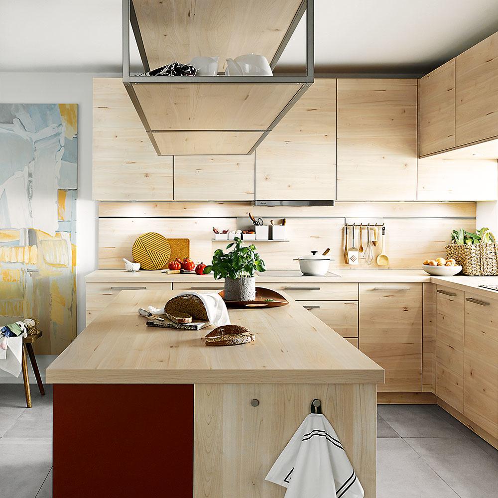 """Mimoriadne efektívne ačisto pôsobí kuchyňa celá """"odetá"""" do rovnakého dekoru. Od horných skriniek, visiacich políc až po kuchynskú zástenu či ostrov. Ak zvolíte útulne ateplo pôsobiaci drevený vzhľad, určite neoľutujete. Takáto kuchyňa bude totiž nadčasová aurčite sa vám tak skoro nezunuje. FOTO SCHÜLLER"""