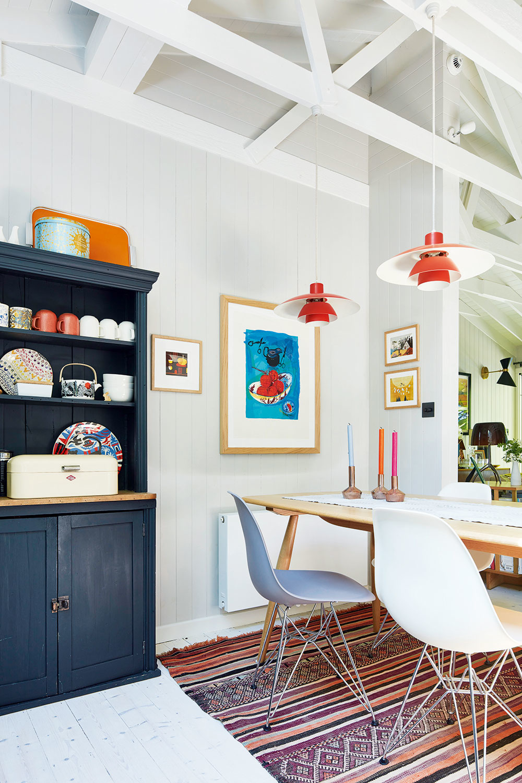 Jedáleň je rovnako ako obývačka akuchyňa súčasťou otvoreného denného priestoru. Aj tu sa prejavilo Egonovo nadšenie pre viacfarebné variácie akombinovanie zariadenia zrôznych období so súčasným dizajnom aumením. Jedálenský stôl patrí ku klasike od anglickej firmy Ercol, kultové stoličky manželov Eamesovcov od Vitry snáď ani netreba predstavovať.