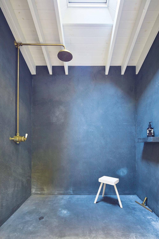 Nový priestor. Kúpeľne, ktoré predtým uberali zpodlahovej plochy spální, sa presťahovali do neveľkej prístavby, čo prospelo priestoru vo všetkých týchto miestnostiach.