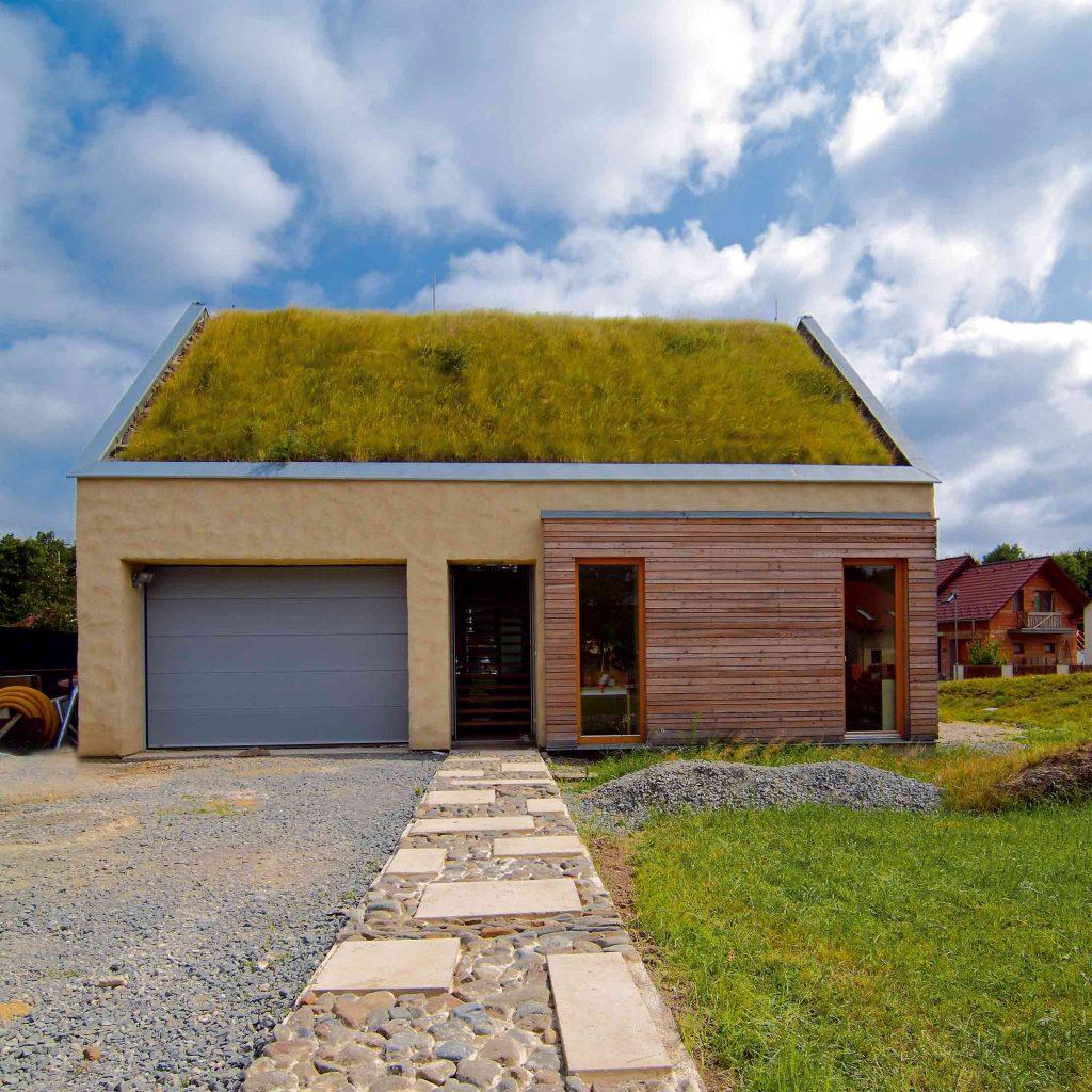 Neveľký, a predsa priestranný dom s lúkou na streche