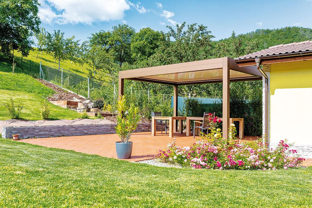 Vzáhradnom domčeku je nielen priestor na náradie atechniku, ale aj na relax – je tu sauna amalá letná kuchynka, ideálna napríklad na záhradné oslavy.