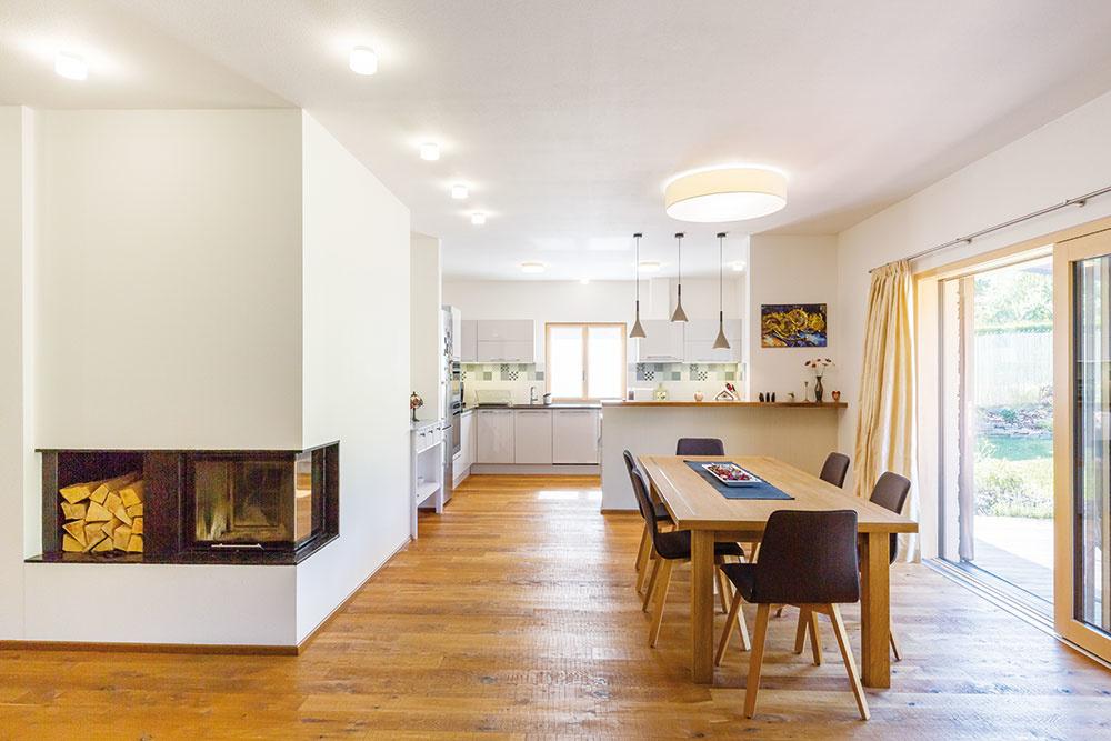 Otvorený denný priestor, vktorom na seba logicky nadväzujú kuchyňa, jedáleň aobývačka, zaberá podstatnú časť prízemia.