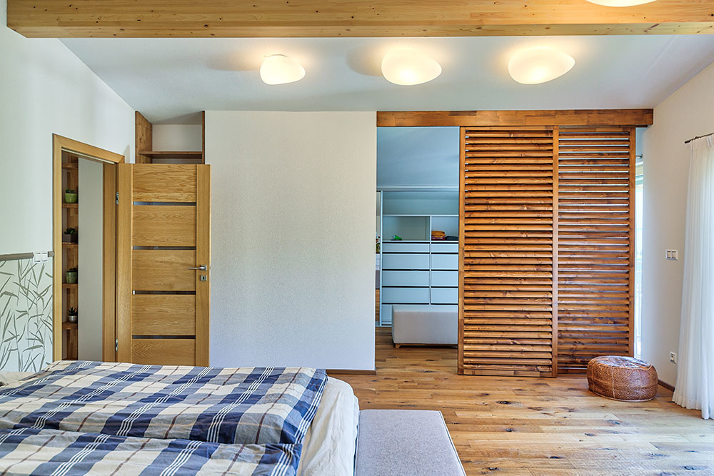Kpraktickým riešeniam vinteriéri patrí veľký šatník pri spálni či široké schodisko vedúce na poschodie, domáca pani má však rada aj atmosféru vpracovni atiež vkúpeľni ladenej vjemných prírodných tónoch... jednoducho, má rada tento dom.