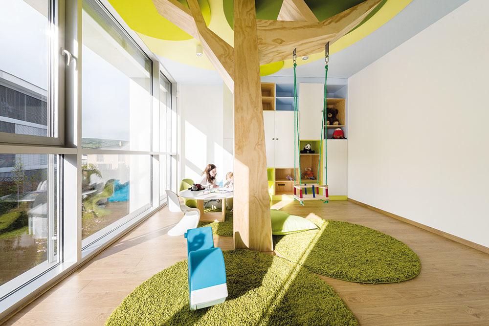 Dominantou detskej izby je strom zborovicovej preglejky, ktorý je upevnený na nosnú oceľovú konštrukciu pod dreveným obkladom. Do nej sú ukotvené háky na zavesenie hojdačky, takže unesie aj starších aťažších fanúšikov hojdania. Korunu stromu predstavujú plastické kruhy vzelených odtieňoch. Na modrom nebovom pozadí pôsobia úplne prirodzene.