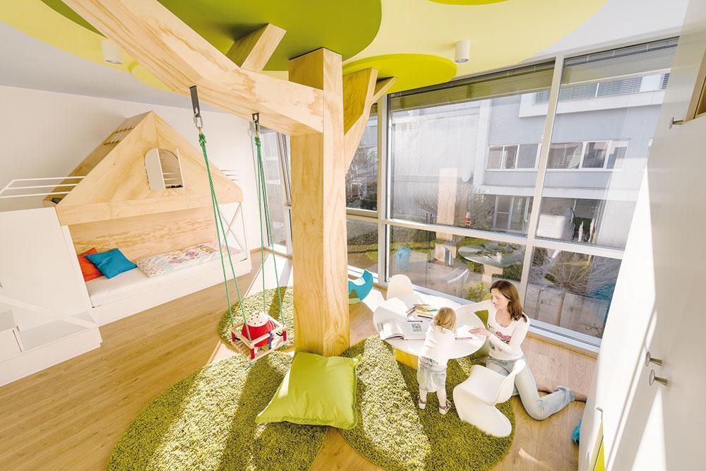 Detská izba využíva priestor na maximum. Svýnimkou stromu sú všetky časti atypického nábytku využité ako skrinky. Spodná časť dvojposchodovej postele má výsuvné šuplíky, skrinky na drobnosti ahračky obsahujú aj schody na posteľ. Hlavný úložný priestor je vo vysokej skrini sotvorenými aj uzatvorenými policami.