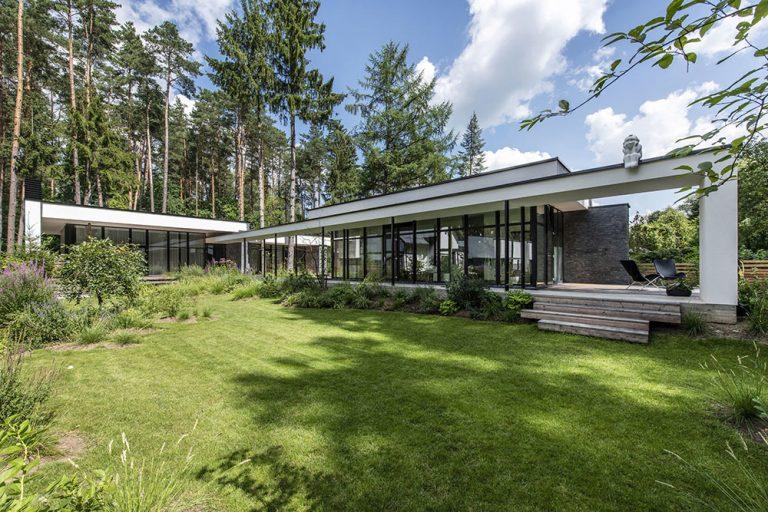 Dom s unikátnym premostením: Potok uprostred pozemku a les z oboch strán