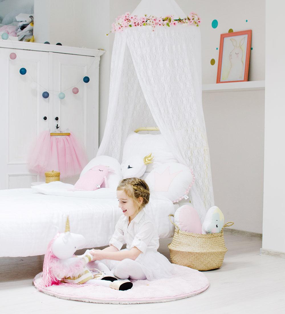Nežný ČIPKový baldachýn je pôvabný doplnok do dievčenskej izby. Môžete ho zavesiť nad posteľ alebo svankúšmi adekou vytvoriť skvelú skrýšu na zemi. www.sashe.sk/LoveColors