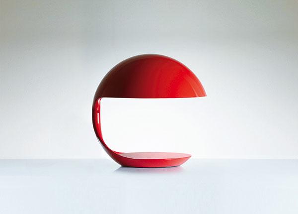 """EFEKTNÁ STOLOVÁ LAMPA Cobra sa pôvodne vyrábala vsilných grafických tónoch čiernej abielej. Výročná edícia pri príležitosti """"päťdesiatky"""" zahŕňa ivýraznú červenú. Martinelli Luce"""