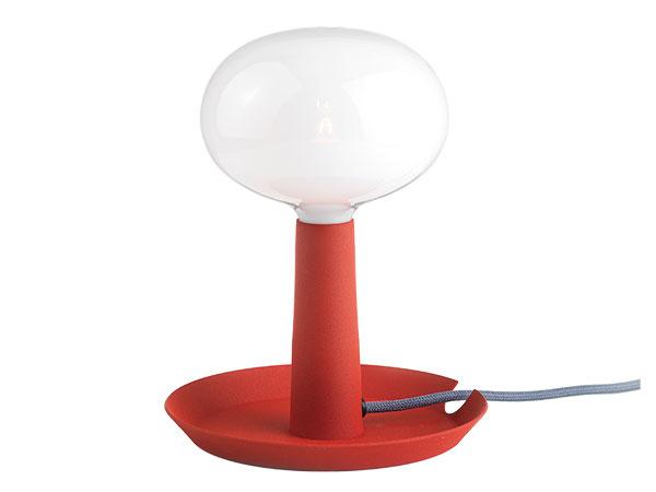 NENÁPADNÁ NOČNÁ lampička Tray využíva všetky dizajnérske prostriedky – mierku, tvaroslovie iúčelnosť na to, aby vpoužívateľovi vyvolala okamžité sympatie. Uznajte sami: nie je táto lampička rozkošná? Jej autor, švédsky dizajnér Jonas Wagell vnej spojil niekoľko námetov. Tradičná bublina žiarovky, liatinový svietnik imalá mištička sú spojené tak, že vytvárajú harmonickú jednotu. Vyrába Bsweden.