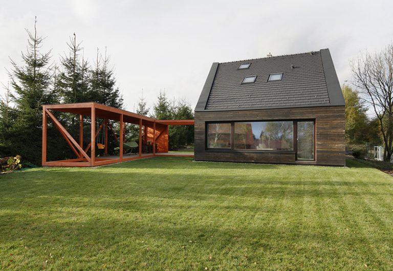 Rodinný dom na kraji obce s originálnym prejavom: Hra kontrastných farieb i tvarov