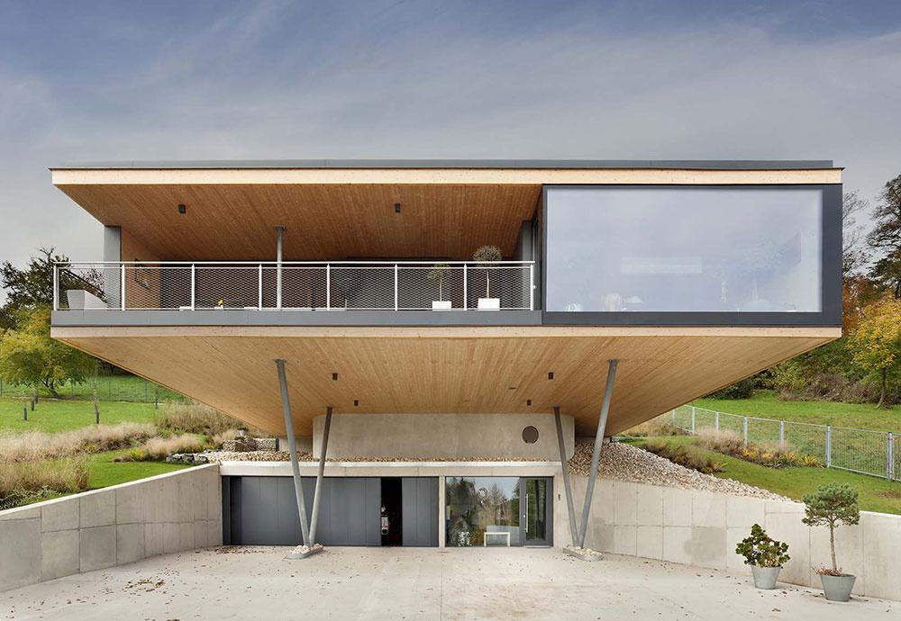 Minimalistický dom, ktorý v prudkom svahu levituje nad krajinou