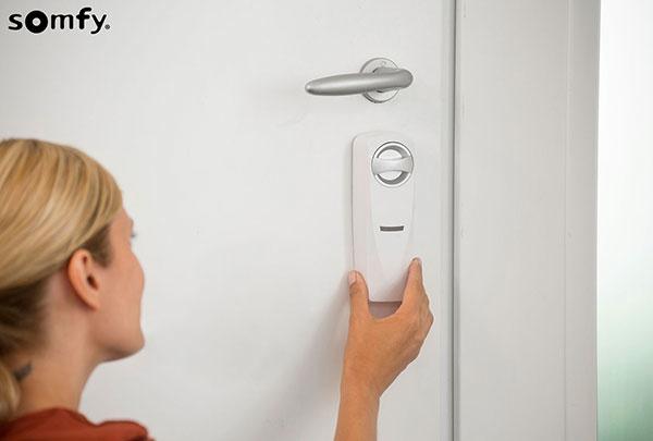 Ako šikovne a bezpečne odomknúť vchodové dvere na diaľku?