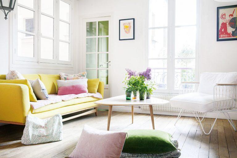 Mestský byt plný pestrých farieb a štýlového mixu moderného so starožitným