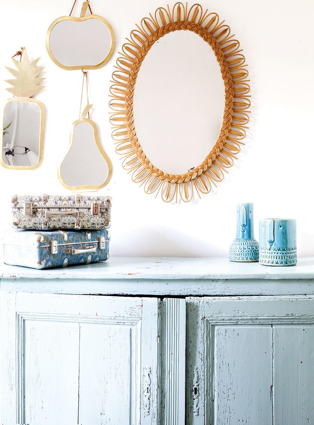 V SPÁLNI vedľa postele stojí majiteľkina obľúbená komoda, ktorú natrela na bledomodro. Pekný kontrast s jej ošúchanou patinou tvoria zlaté zrkadlá v tvare ovocia.