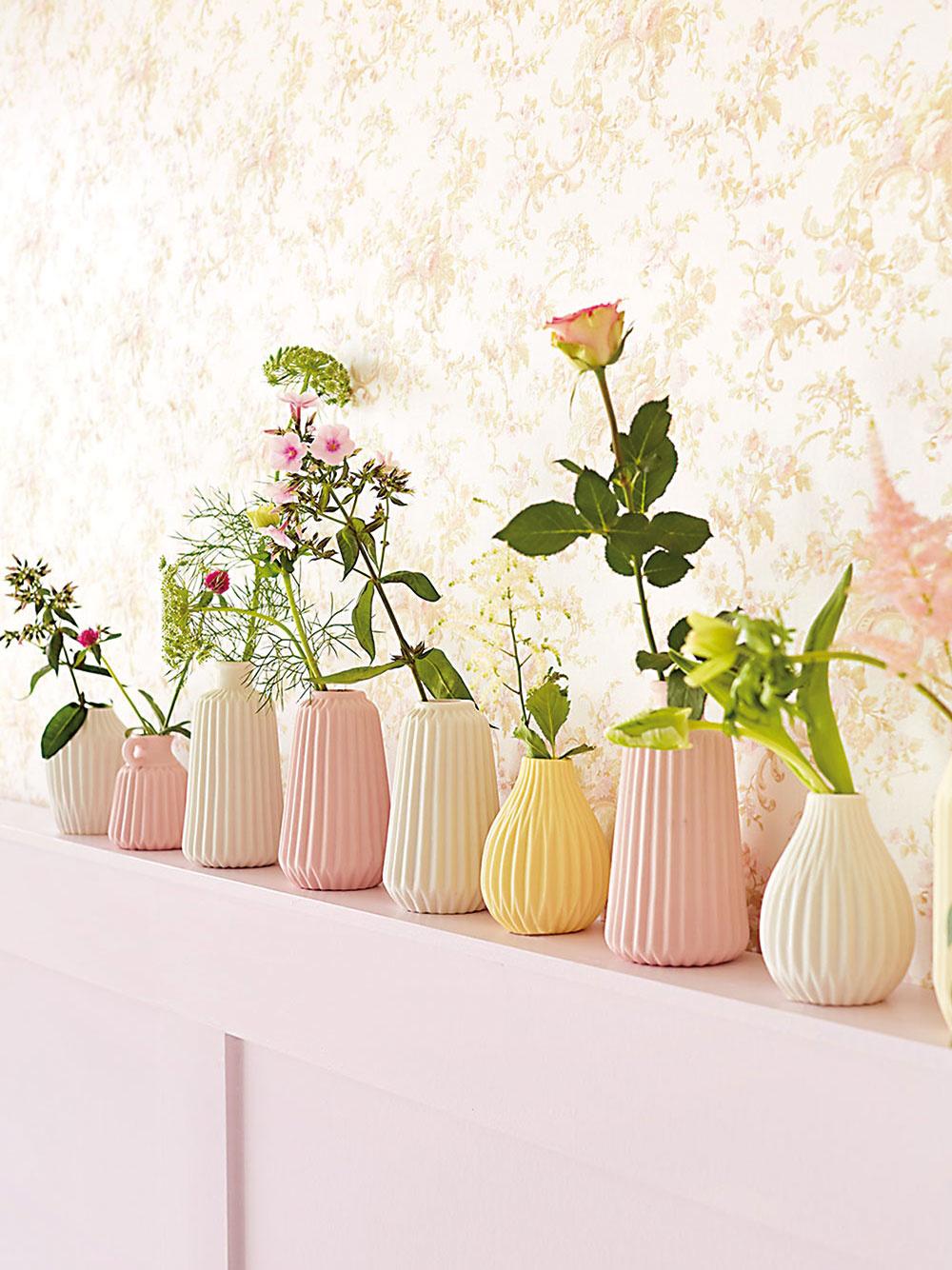 Štýl 1 Neha  Drobné kvetinové vzory vkombinácii spastelovými tónmi dokážu navodiť mimoriadne romantickú atmosféru. Hodia sa najmä do spálne či dievčenskej izby. Aak by vám romantiky bolo primálo, môžete takúto kvetinovú stenu vyzdobiť policou sjednoduchými vázičkami so živými kvetmi, prípadne ich umiestniť na čelo postele.
