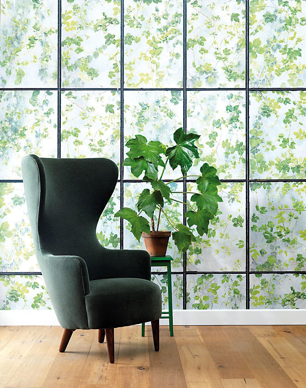 Štýl 2 Zeleň  Je dokázané, že zelená farba upokojuje aharmonizuje. Hodí sa do pracovne či spálne. Tapeta smotívom rastlinných listov je mimoriadne univerzálna apekne vynikne vkombinácii sdrevenou podlahou abielym nábytkom. Ak vám vaše bývanie neposkytuje pekné výhľady na zeleň astromy, siahnite aspoň po takejto náhrade. FOTO GREENHOUSE