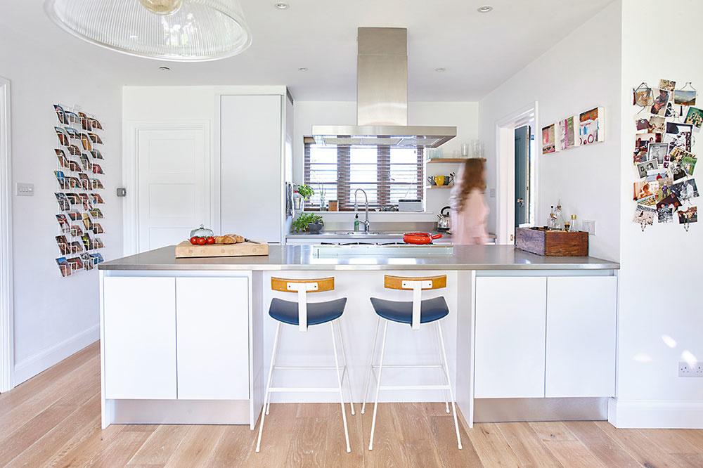 """Starú úzku kuchyňu """"zlikvidovali"""" – všetky miestnosti na prízemí spojili, avytvorili tak otvorený denný priestor, ktorého súčasťou je aj nová vzdušná kuchyňa."""