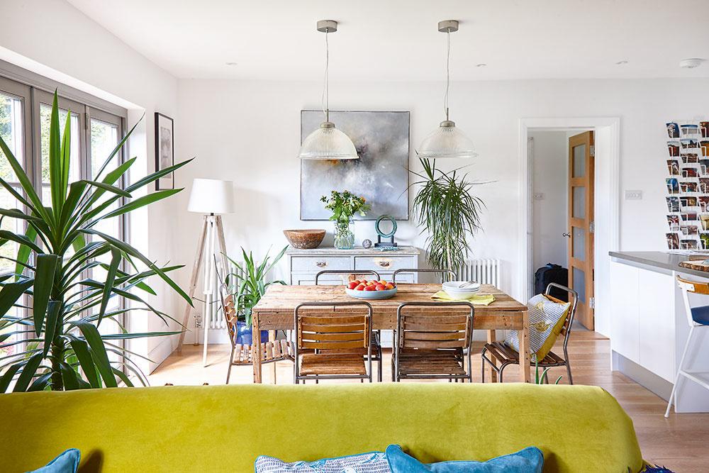 Otvorený denný priestor, ktorý vznikol na prízemí, zahŕňa obývačku, jedáleň akuchyňu. Vďaka novým zaskleným dverám aviacerým izbovým rastlinám je jedáleň opticky prepojená aj svonkajšou zeleňou.