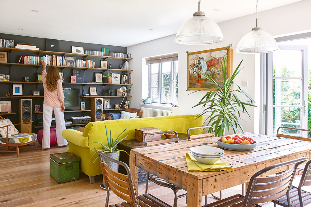 """Pri zariaďovaní domu začala dvojica unikátnou zbierkou nábytku adoplnkov, ktorú si už roky budovali pri návštevách blších trhov. """"Vďaka nášmu známemu, ktorý predáva nábytok zdruhej ruky, sme sa dostali kmnohým zaujímavý kúskom,"""" prezrádza Alexandra."""