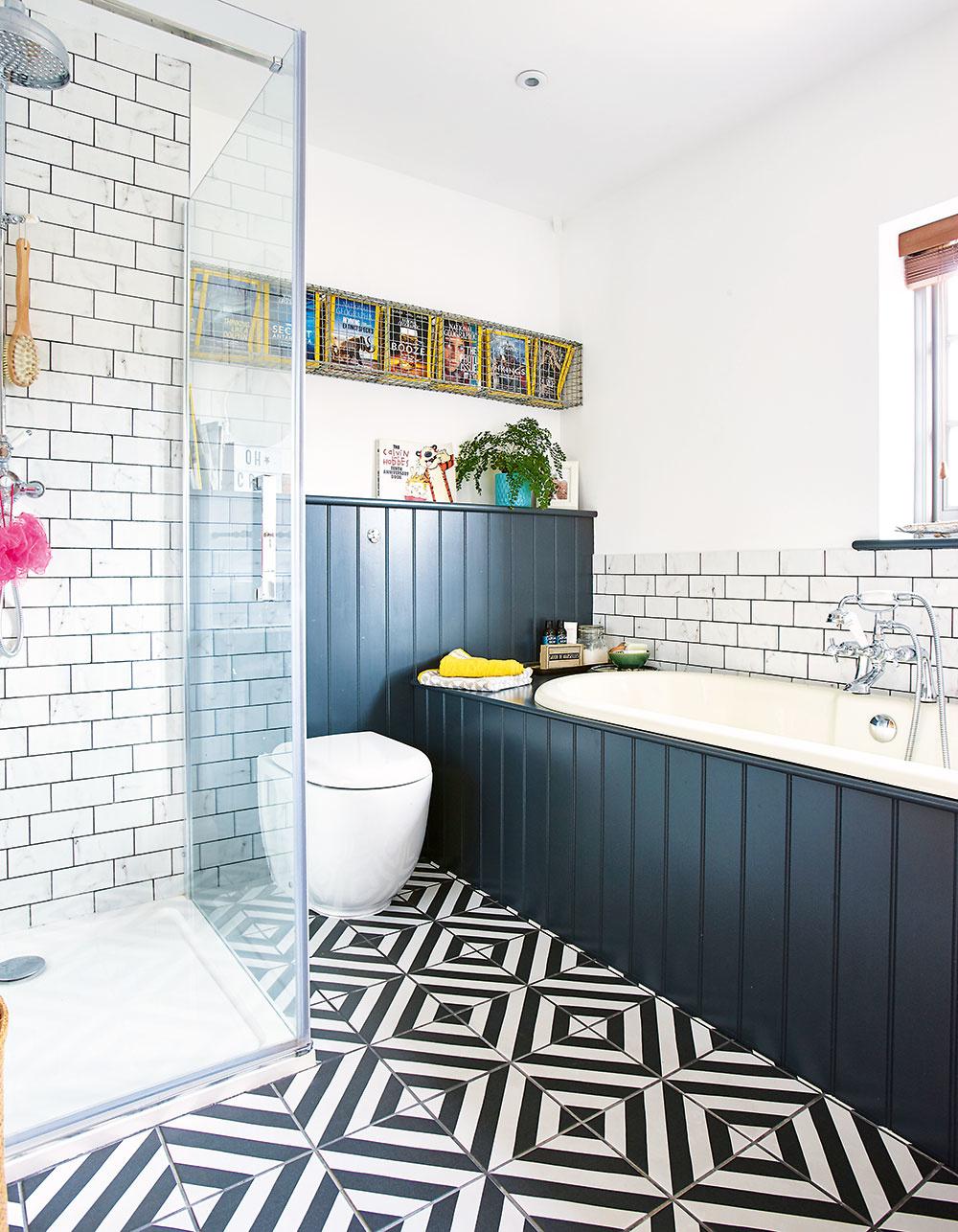 Novú priestrannú kúpeľňu na poschodí vybudovali vmiestnosti, kde bola pôvodne najmenšia zo spální. Dominuje jej vaňa svýhľadom, ktorú ozvláštňuje drevený obklad natretý sivou farbou vindustriálnom odtieni. Okrem vane sa sem zmestil aj praktický sprchovací kút.