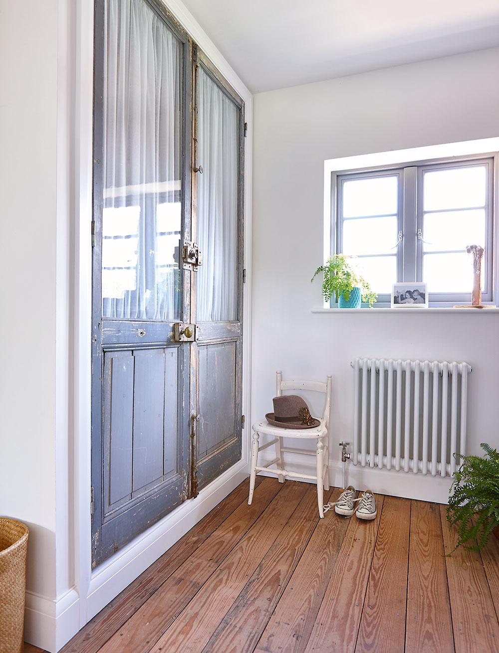 Originálna skriňa. Vrozšírenom priestore, do ktorého vyúsťuje schodisko na poschodí, vytvorila dvojica vstavanú skriňu – použili pri tom recyklované staré dvere azáves zľanovej textílie.