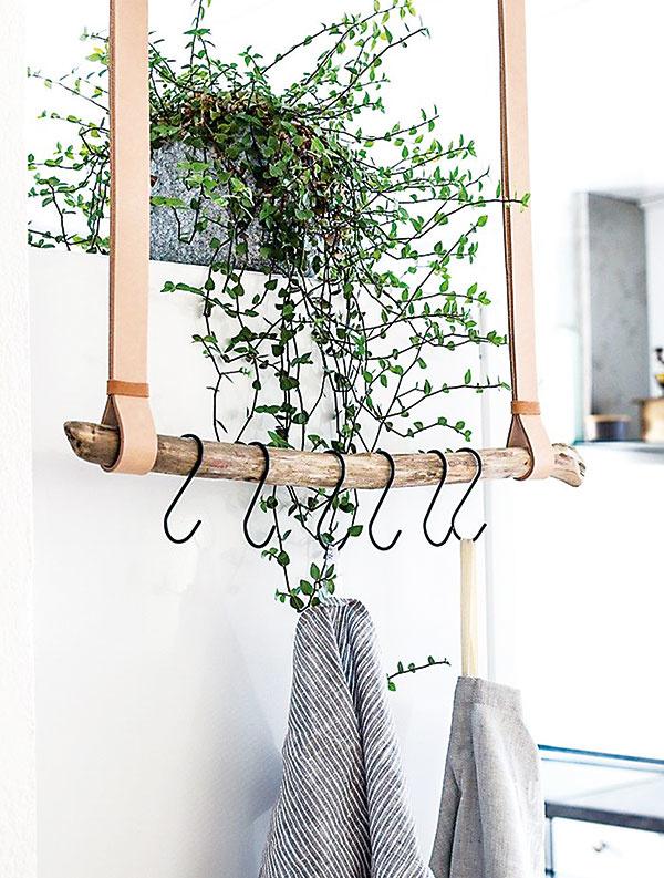 Vešiaky zcelých alebo narezaných konárov výborne poslúžia všade tam, kde potrebujete niečo zavesiť – utierky vkuchyni, uteráky vkúpeľni alebo klobúky vpredsieni.