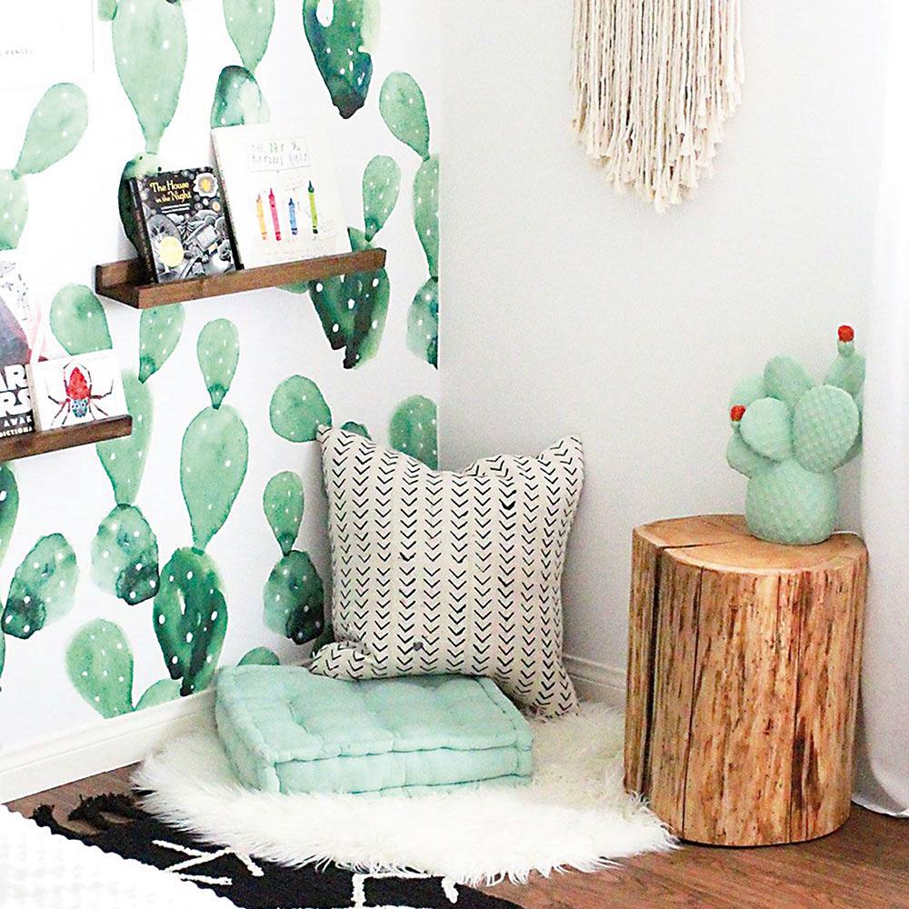 Detská izba musí byť vprvom rade nežná ahebká. Tento efekt docielite pastelovými odtieňmi amäkkými textíliami hoci aj tvare pichľavých kaktusov. Deti veselé rastliny milujú akaktusy knim rozhodne patria. Kým sa one naučia starať, postačia itie namaľované. Príjemná tapeta alebo hravé vankúše rozveselia deň im aj vám. FOTO THE LOVE DESIGNED LIFE