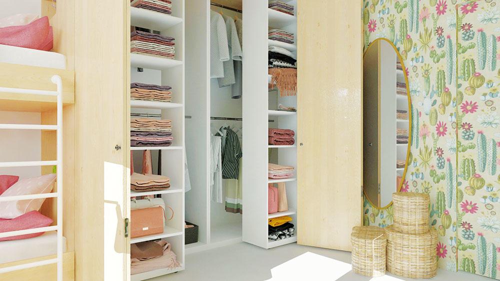 Hĺbka skrine na šírku poschodovej postele umožnila vytvoriť vnútri dva rady posuvných regálov. Poskytuje dostatok úložného miesta i ľahký prístup k oblečeniu.