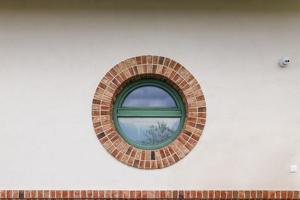Realizácia obkladu z lícových tehál okolo kruhových okien si žiadala precíznosť a technické zručnosti. Každý kus musel byť presne narezaný.