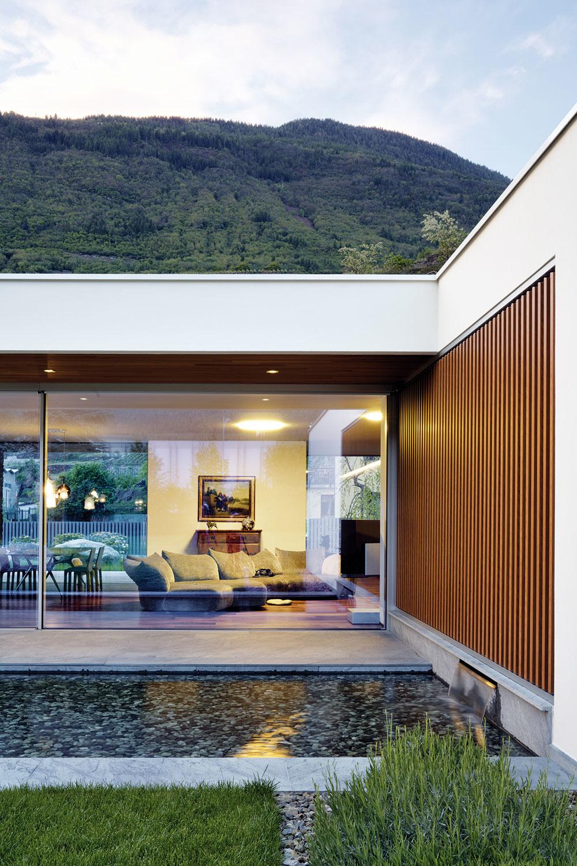 Vodná nádrž, ktorá rozširuje škálu prírodných prvkov avlete osviežuje vzduch, dopĺňa oddychovú terasu pred domom.