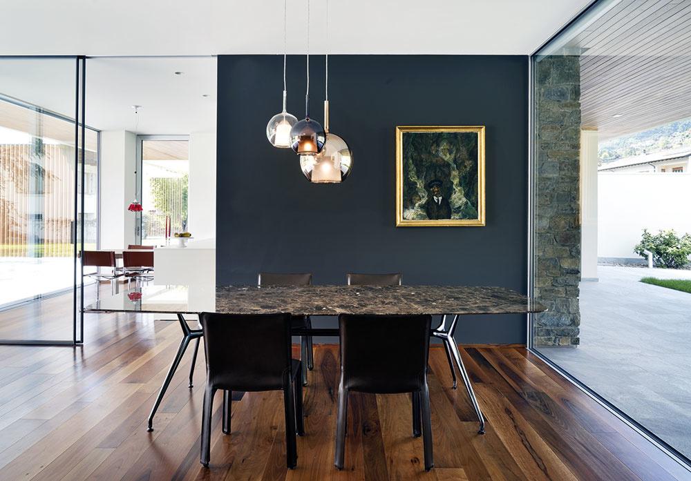 Čierna je farbou elegancie, najmä ak sa spojí sušľachtilými materiálmi, ako sú kameň, koža, drevo akov. Zaujímavým prvkom je niekoľko čiernych stien, ktoré sa vprevažne bielom interiéri vyčleňujú vduchu celkovej geometrickej koncepcie.