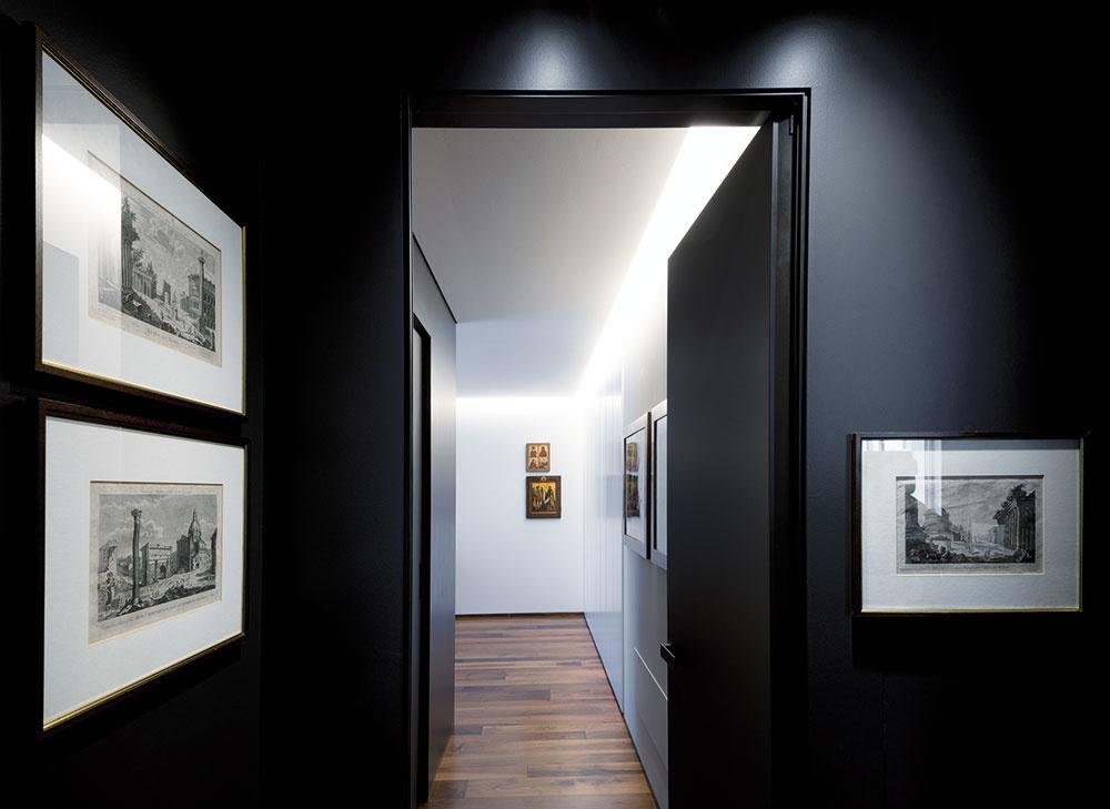 Súkromná zóna má dve autonómne časti – rodičovskú adetskú. Do rodičovských priestorov vybavených priechodným šatníkom arelaxačnou kúpeľňou vnášajú čierne steny eleganciu apocit pokoja.