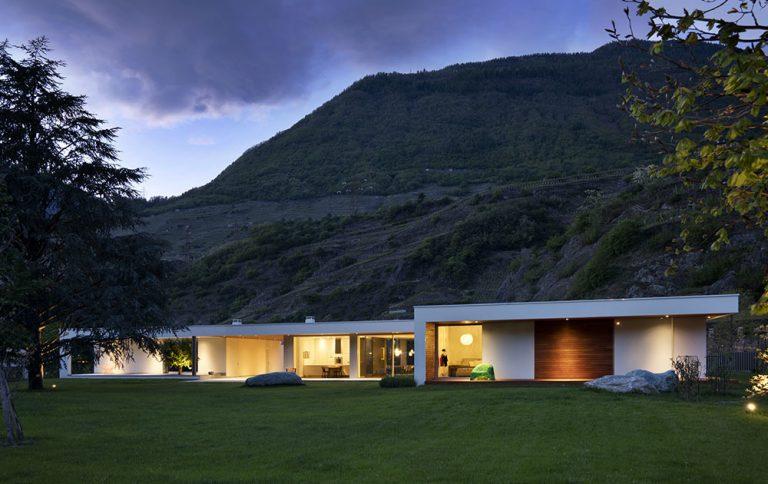 Prízemný rodinný dom s premysleným geometrickým členením v krásnom horskom údolí