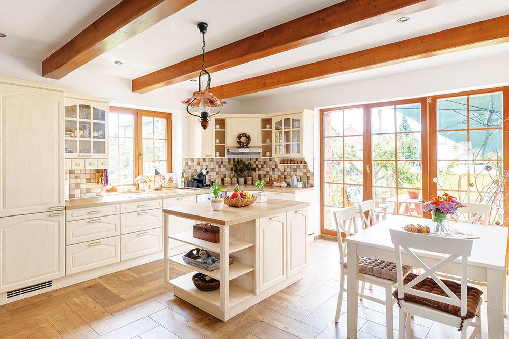 Kuchyňa vo vidieckom štýle, ktorá výborne zapadla do zrekonštruovaného rodinného domu