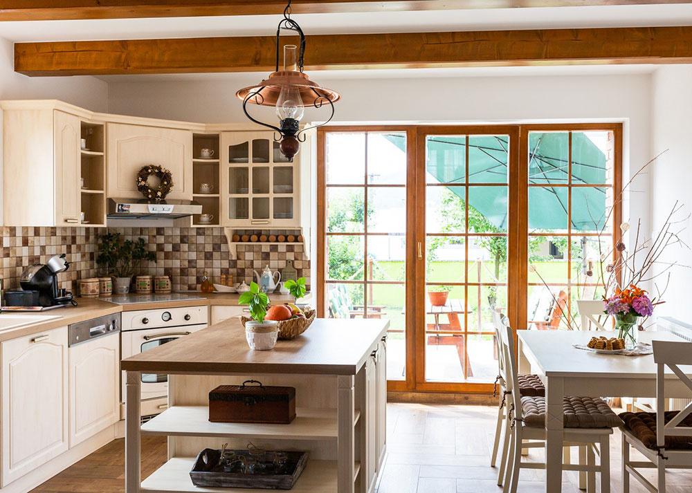 """Drevené stropné trámy, ktoré doplnili do celého denného priestoru, boli dôležité pre útulnú vidiecku atmosféru. Spolu spodlahou ovplyvnili aj výber farebnosti kuchyne. """"Vanilková veľmi dobre ladí so všetkým, čo tu máme apôsobí príjemným teplým dojmom,"""" vysvetľuje domáca pani."""