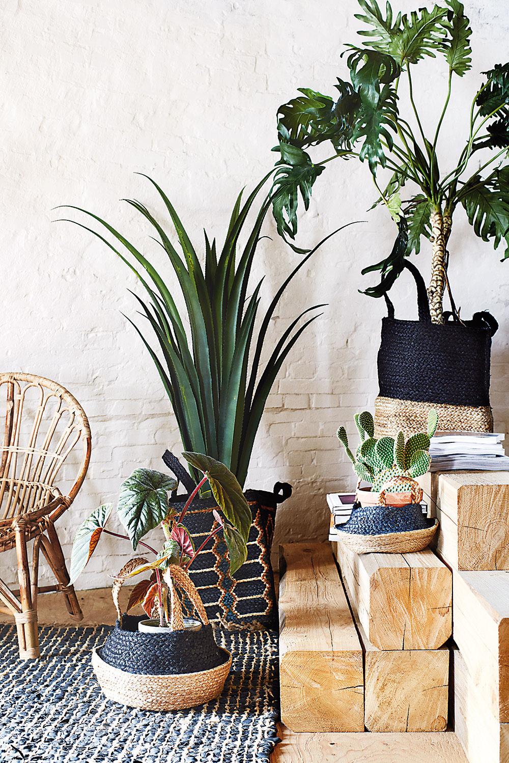 ZPRÍRODY. Doplnky vboho obývačke by mali byť zprírodných materiálov. Kvetináče vložte do jutových vriec alebo do košov zratanu či morskej trávy. Drevo, ľan, prútie, konáre, palmové rohože, kožušiny, korok – to všetko spolu vytvorí mimoriadne štýlový dojem a navyše je takýto priestor aj ekologický.