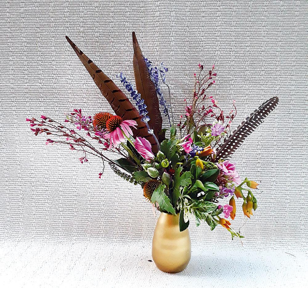 """KYTICA S""""KRÍDLAMI"""". Ak si netrúfate na príliš výrazné zmeny vinteriéri, ale vaše srdce piští po nejakom """"boho"""" doplnku, ideálna je váza s bohatou pestrou kyticou, ktorú môžete vyzdobiť vtáčími pierkami, aby dostala ten správny """"boho"""" lesk. Kvetinový aranžmán zo záhradných kvetov abyliniek, doplnený opierka vzlatej váze, má rozmery približne 20 × 40 cm. Za 18 € nájdete na www.facebook.com/petrachristo.rozkvitni"""